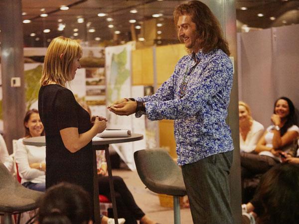 Michał przekazuje mi kamień i bransoletkę (fot. Barbara Bogacka)