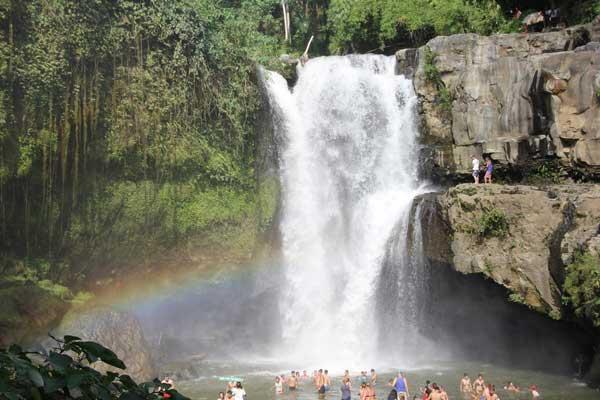 Wodospad Tegenungan. Kąpiel w tęczy. Fot. Madzia Lubowiecka