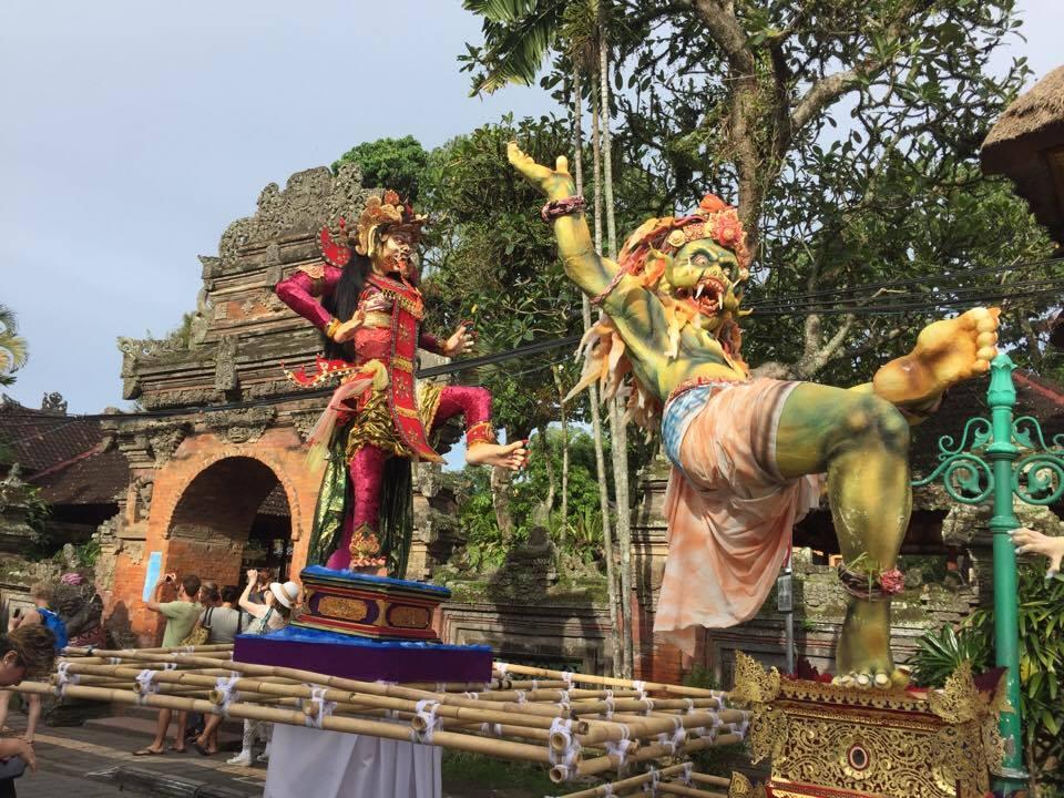 Parada w Ubud, Bali, w Nyepi Day (fot. Marta Góralik)