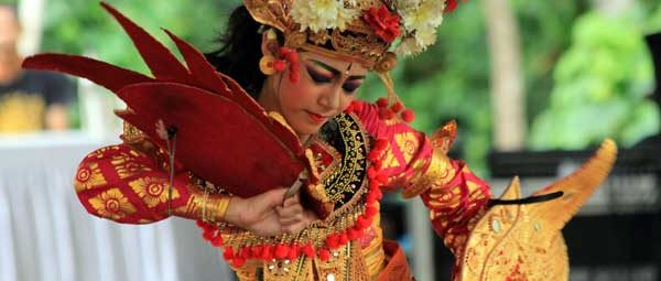 W balijskich świątyniach codziennie odbywają się ceremonie i przedstawienia (fot. Katarina Off)