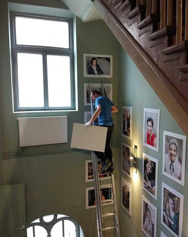 Wieszanie zdjęć w Hevre (fot. Barbara Bogacka)